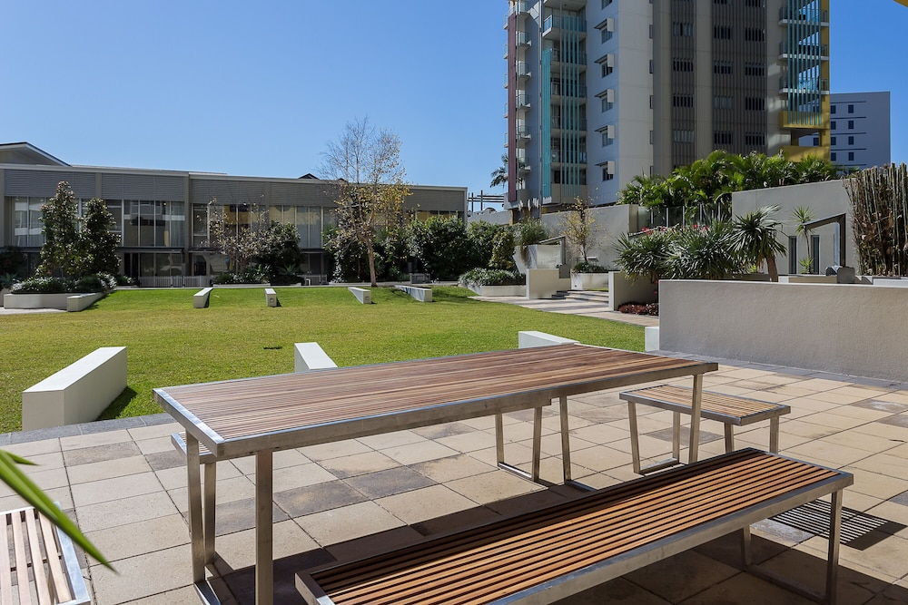 Outdoor Dining, Oxygen Apartments