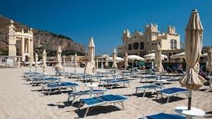 Playa privada cerca, arena blanca, tumbonas y sombrillas