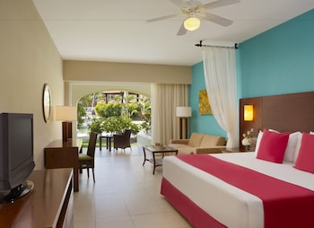 Preferred Club Deluxe Tropical View King Bed (Resort Access to Now Garden)  - Guestroom