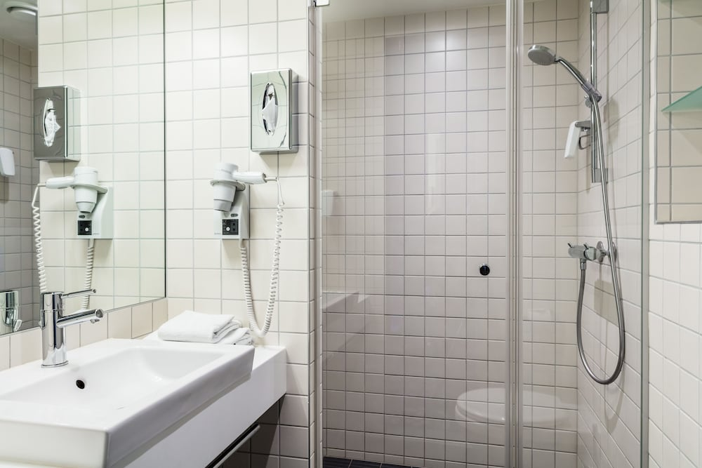 Bathroom, Quality Hotel 33