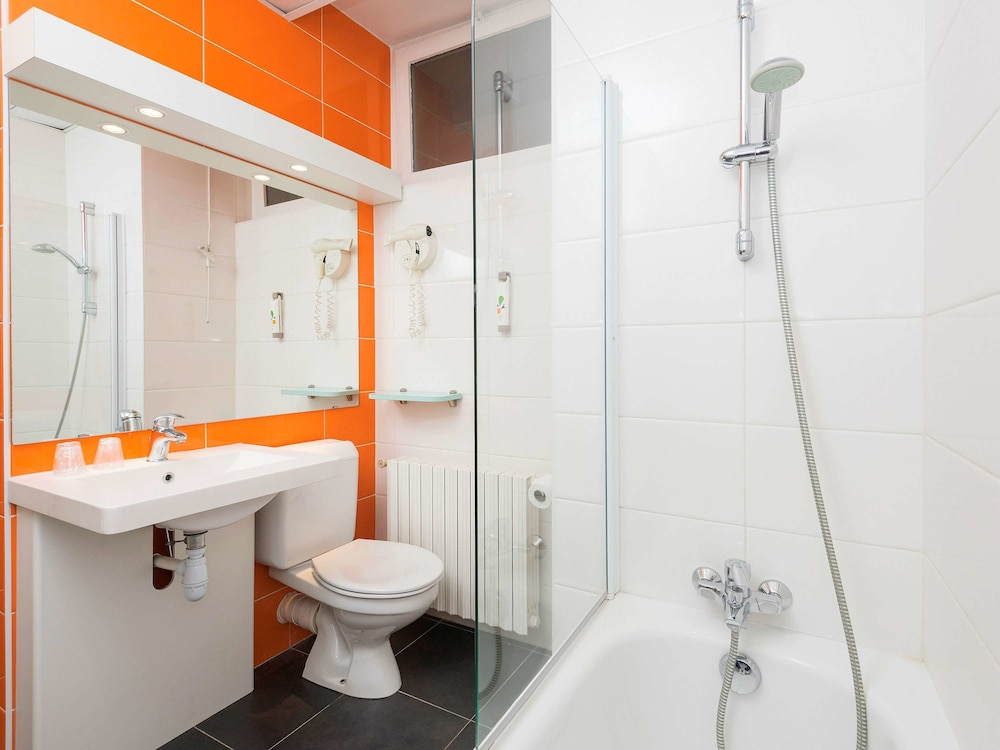 Bathroom, ibis Styles Macon Centre