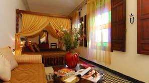 1 dormitorio, caja fuerte, escritorio y cortinas opacas