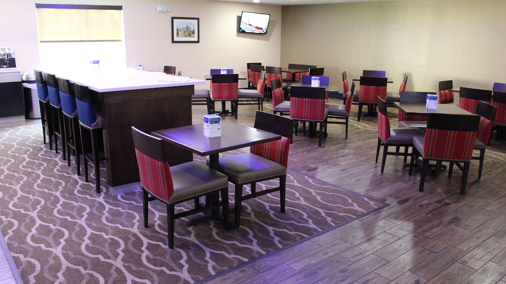 Dining, Comfort Inn & Suites Near Six Flags & Medical Center