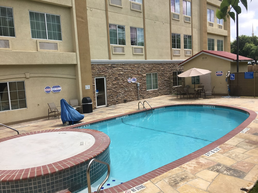 BBQ/Picnic Area, Comfort Inn & Suites Near Six Flags & Medical Center