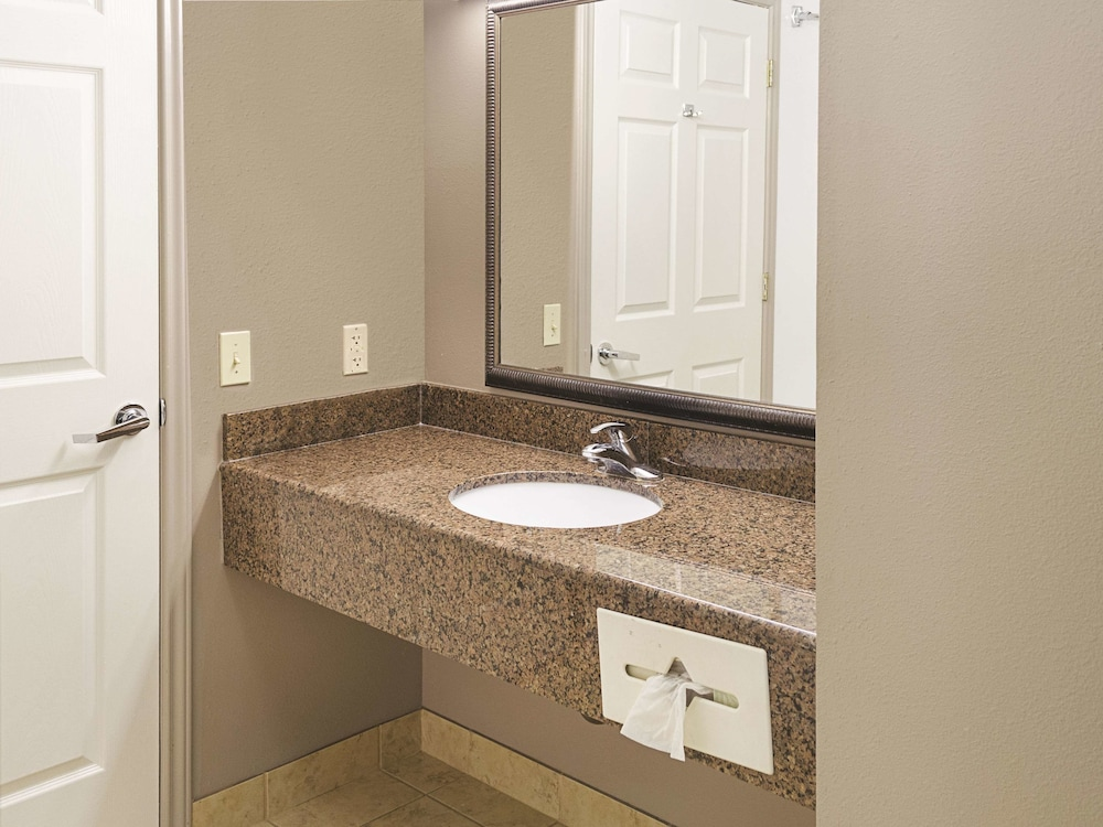 Bathroom, La Quinta Inn & Suites by Wyndham Biloxi