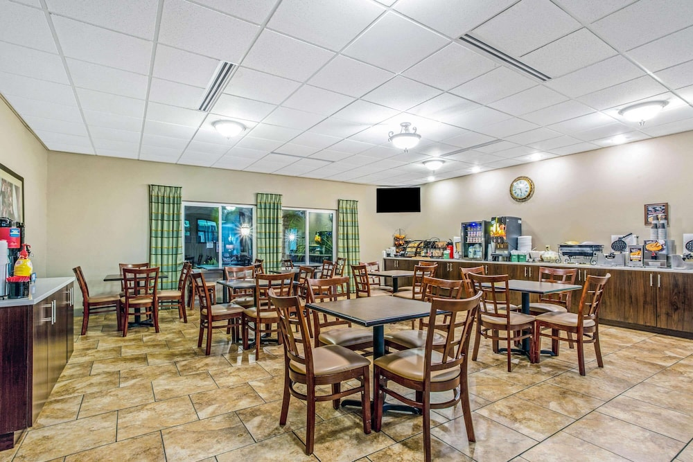 Breakfast Area, La Quinta Inn & Suites by Wyndham Biloxi