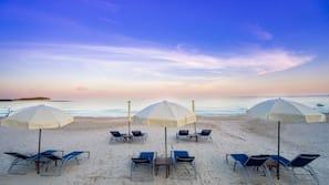 Trên bãi biển, dù trên bãi biển, khăn tắm biển, quán bar trên bãi biển