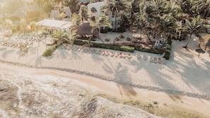 Sulla spiaggia, sabbia bianca, cabine da spiaggia gratuite