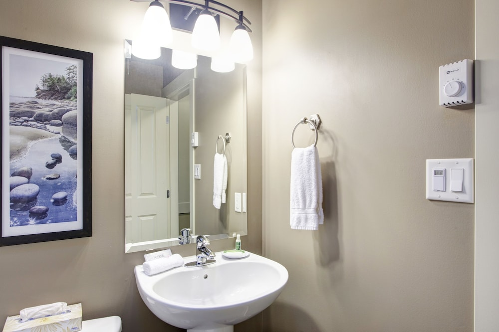 Bathroom, Sooke Harbour Resort & Marina