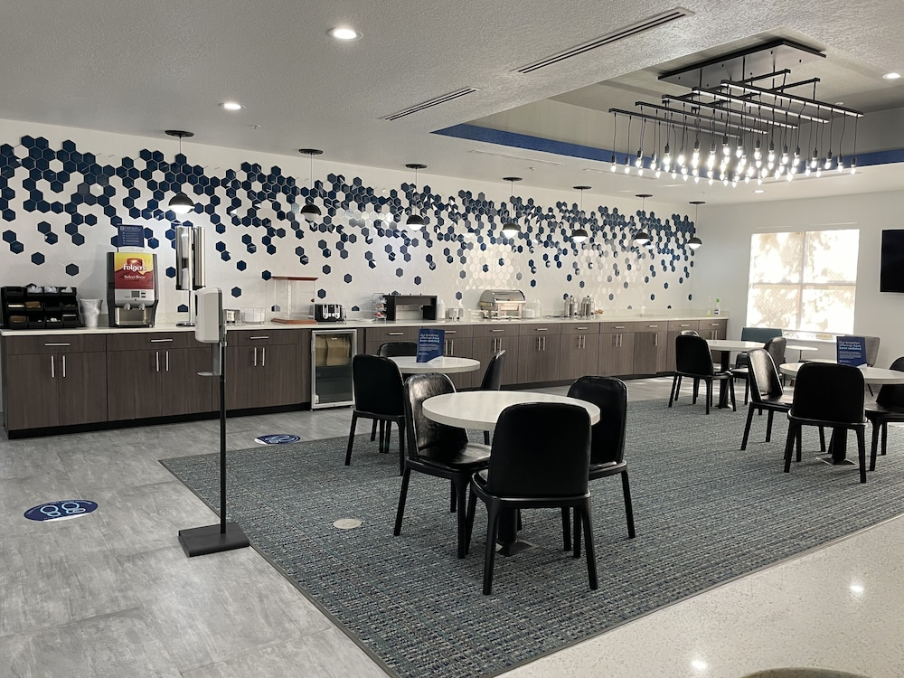 Breakfast buffet, La Quinta Inn & Suites by Wyndham Tampa Central
