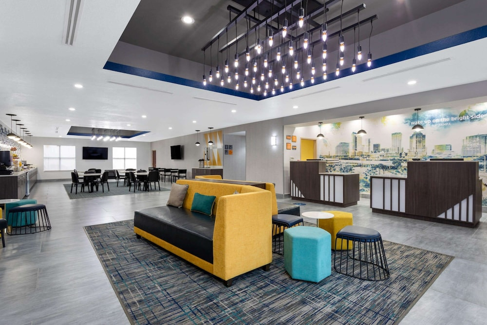Lobby, La Quinta Inn & Suites by Wyndham Tampa Central