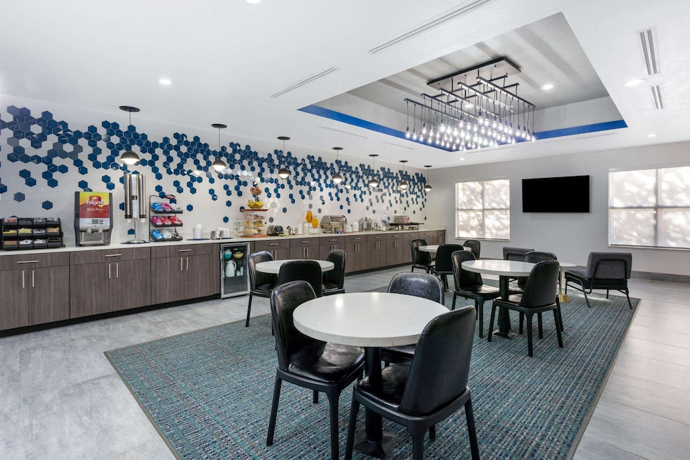 Breakfast Area, La Quinta Inn & Suites by Wyndham Tampa Central