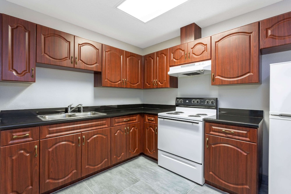 Private Kitchen, La Quinta Inn & Suites by Wyndham Tampa Central