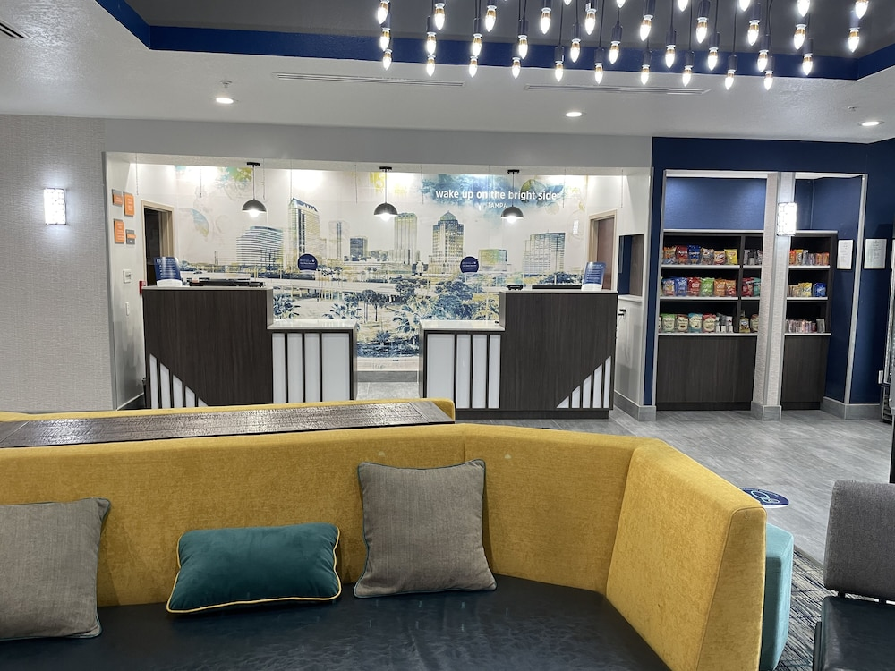 Lounge, La Quinta Inn & Suites by Wyndham Tampa Central