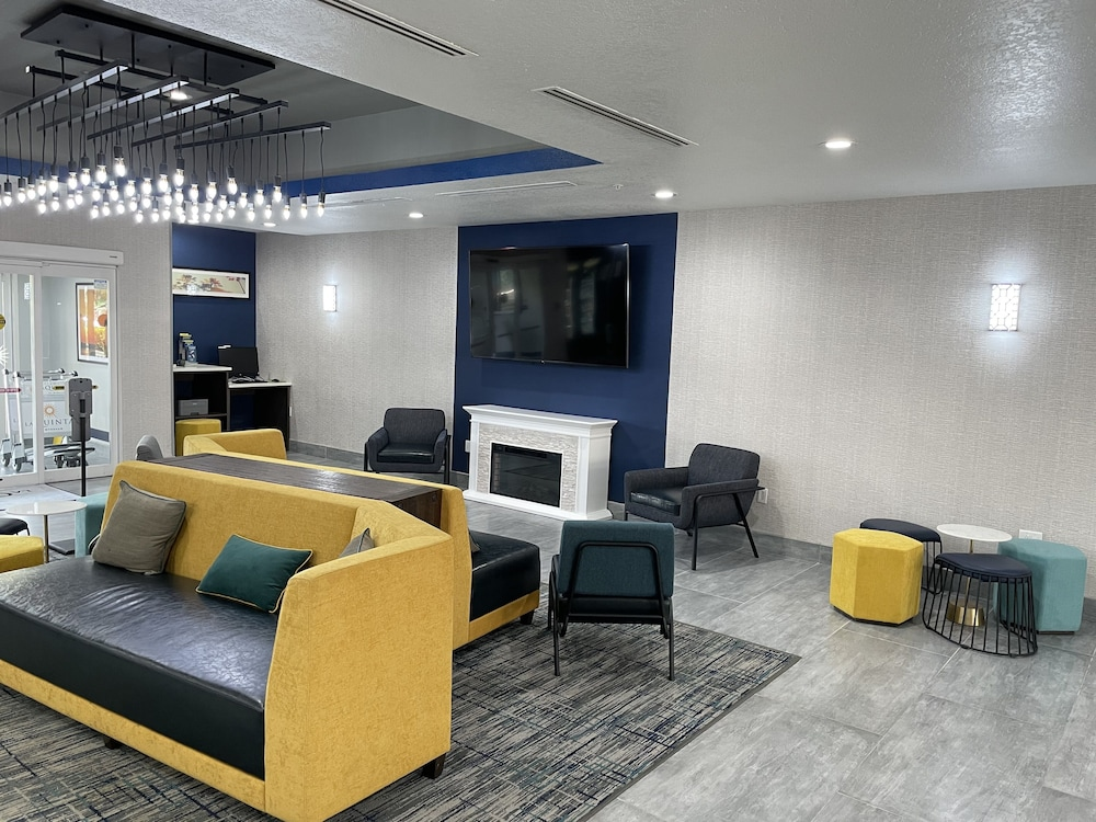 Lobby Sitting Area, La Quinta Inn & Suites by Wyndham Tampa Central