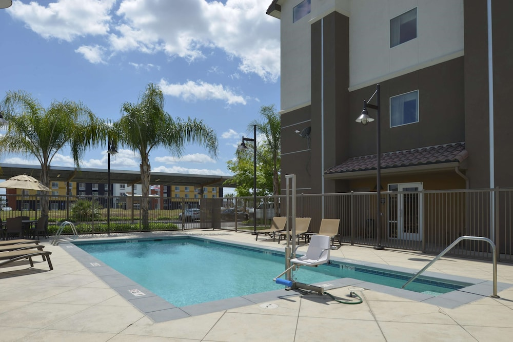 Pool, Hampton Inn & Suites Bakersfield North-Airport