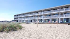 Praia particular, toalhas de praia, prática de vôlei de praia