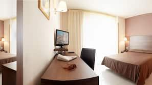 1 dormitorio, minibar, caja fuerte y escritorio