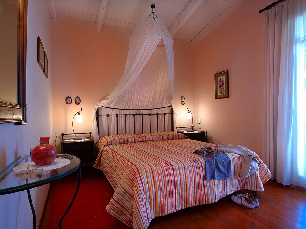 Katalagari country suites reviews photos rates for Country style bedroom suites
