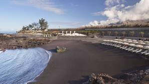 Ubicación a pie de playa, arena negra y toallas de playa