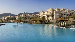 3 piscinas al aire libre, cabañas de piscina (de pago), sombrillas