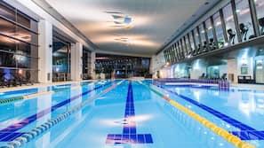 실내 수영장, 시즌별로 운영되는 야외 수영장, 06:00 ~ 23:00 오픈, 수영장 파라솔, 일광욕 의자