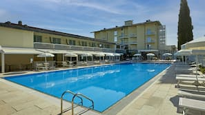 Piscina coperta, 2 piscine all'aperto, ombrelloni da piscina, lettini