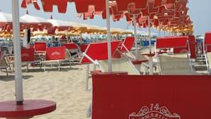 Una spiaggia nelle vicinanze, sabbia bianca, cabine da spiaggia gratuite