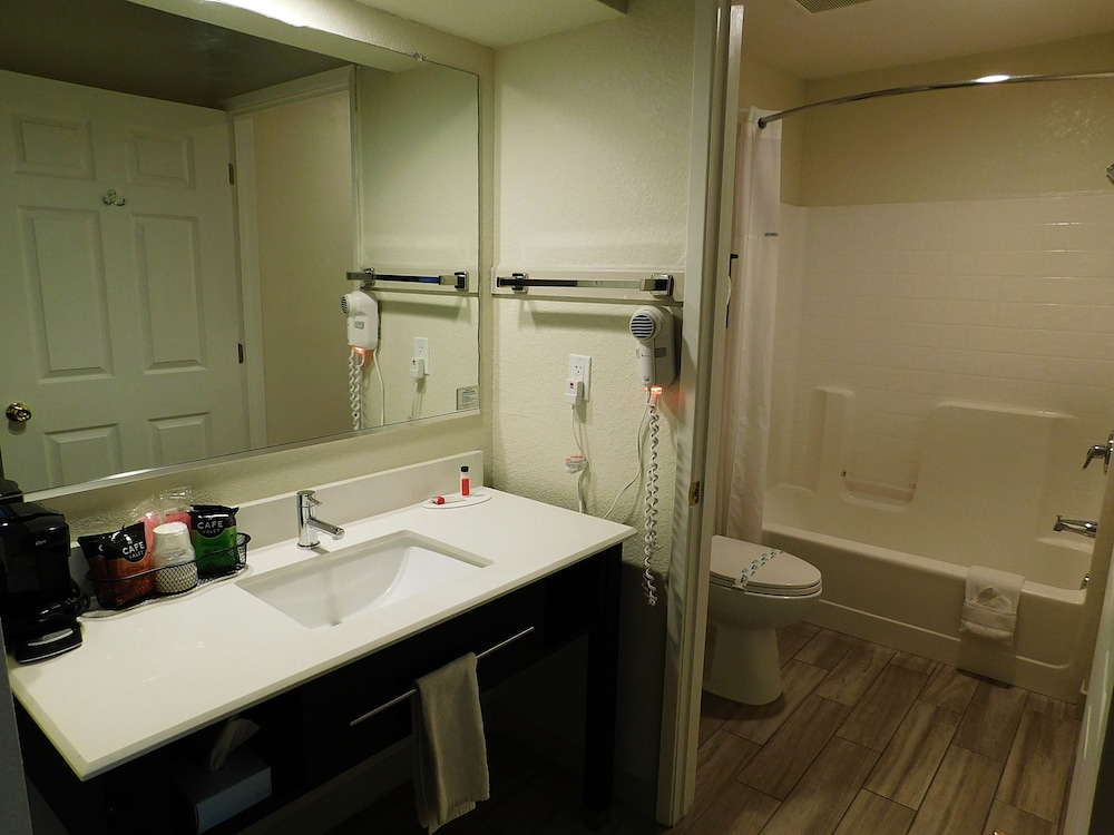 Bathroom, Travelodge by Wyndham Angels Camp CA