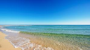 Am Strand, weißer Sandstrand, Volleyball, 2 Strandbars
