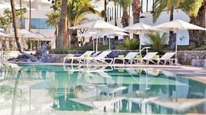 Sæsonbestemt udendørs pool, åben fra kl. 10.00 til kl. 18.00, parasoller