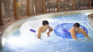 Una piscina cubierta, una piscina al aire libre de temporada