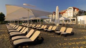 Privat strand, solstolar och massage på stranden