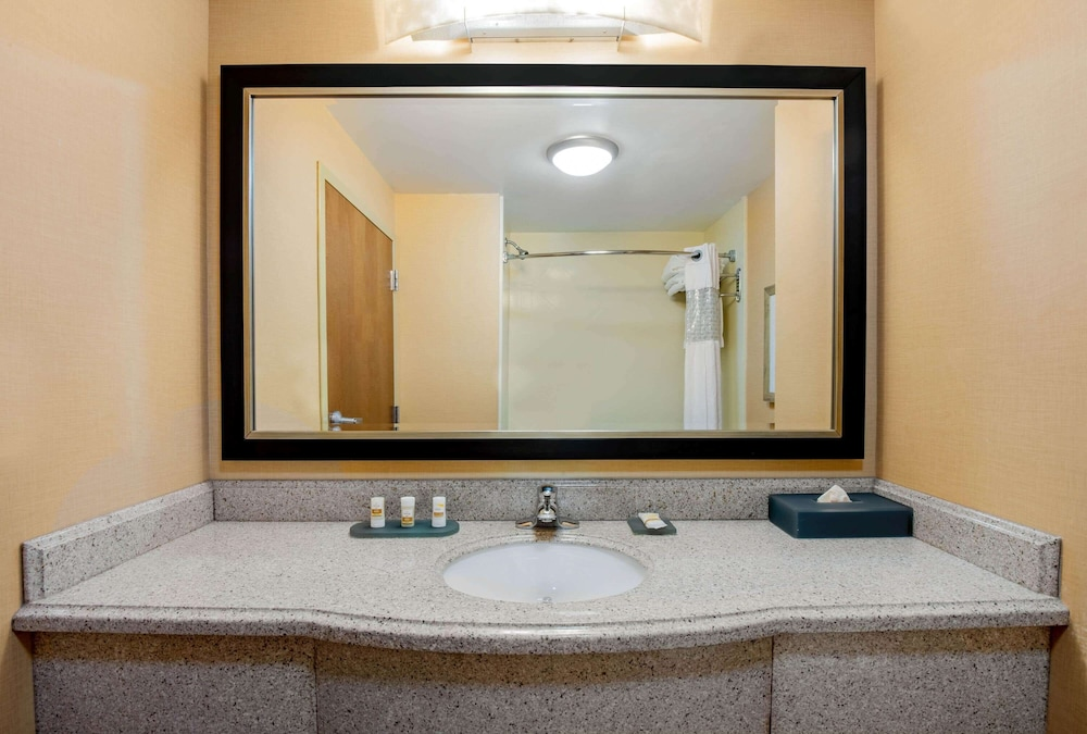 Bathroom, La Quinta Inn & Suites by Wyndham Bel Air/I-95 Exit 77A