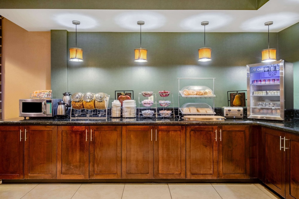 Breakfast Area, La Quinta Inn & Suites by Wyndham Bel Air/I-95 Exit 77A