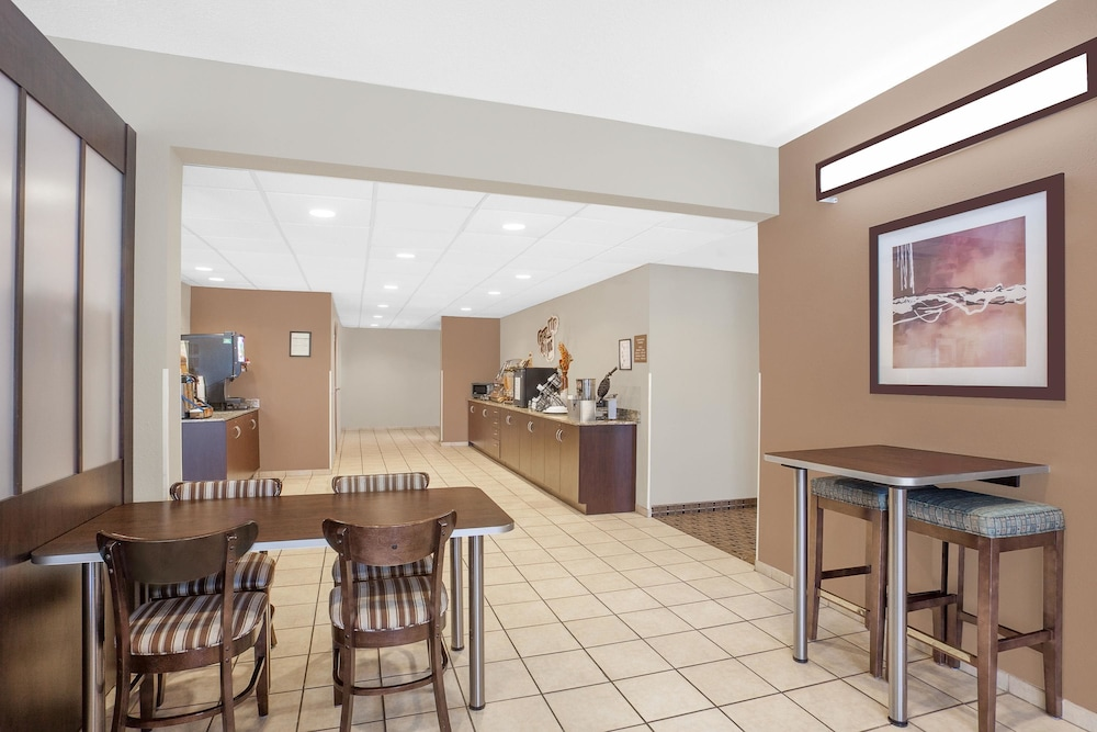 Breakfast Area, Microtel Inn & Suites by Wyndham Manchester