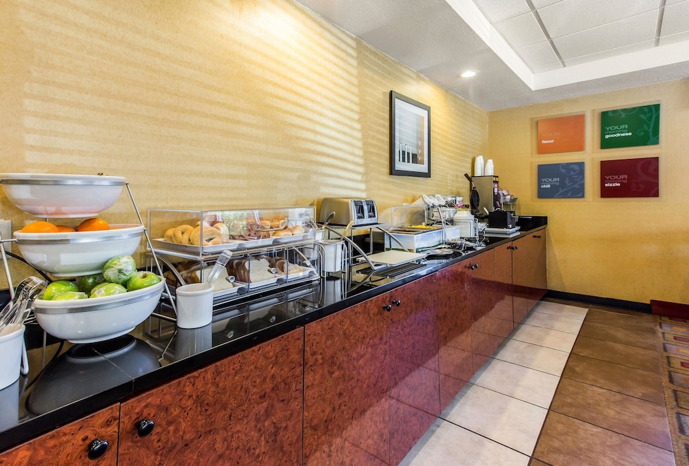 Breakfast Area, Comfort Suites Forsyth near I-75