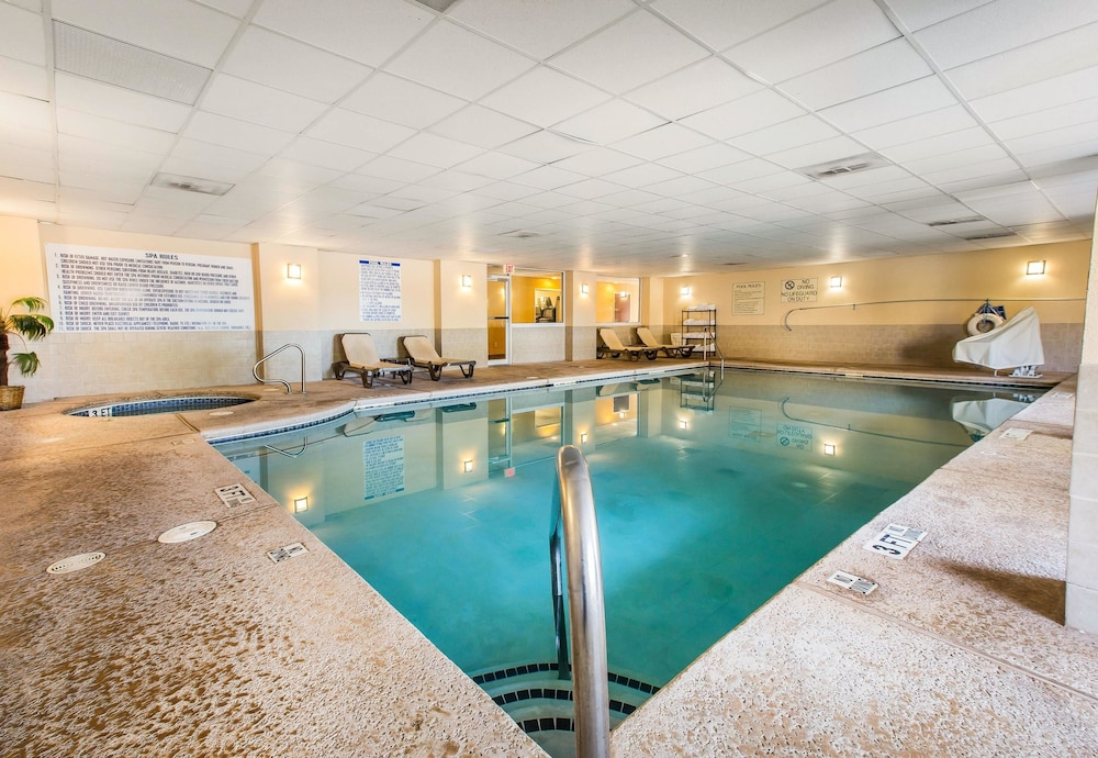 Pool, Comfort Suites Forsyth near I-75