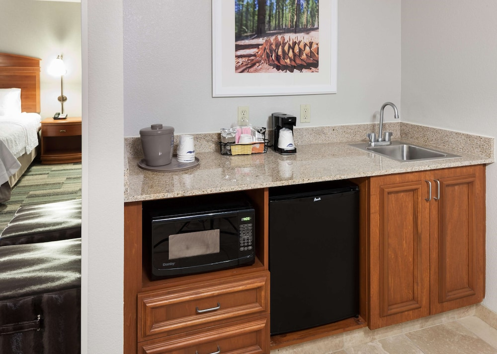 Private Kitchen, Hampton Inn And Suites Tulare