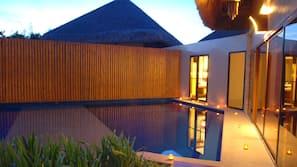 Una piscina cubierta, 14 piscinas al aire libre