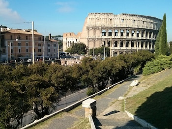 家族でローマのコロシアムにいくのに最適なホテルを教えて!