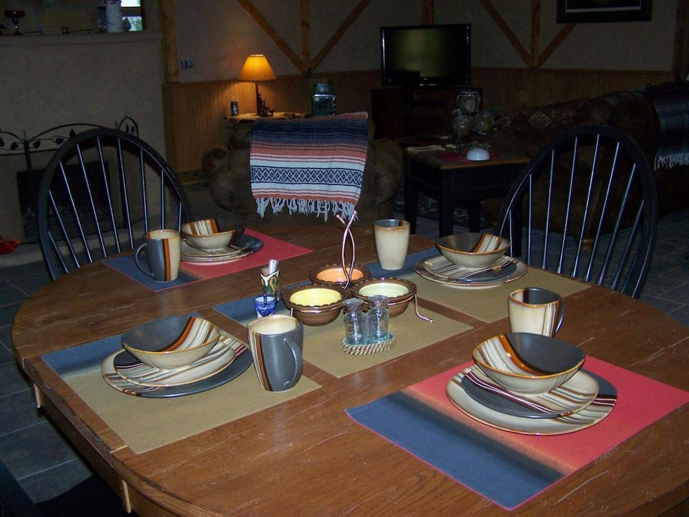 In-Room Dining, Bear Grove Cabins