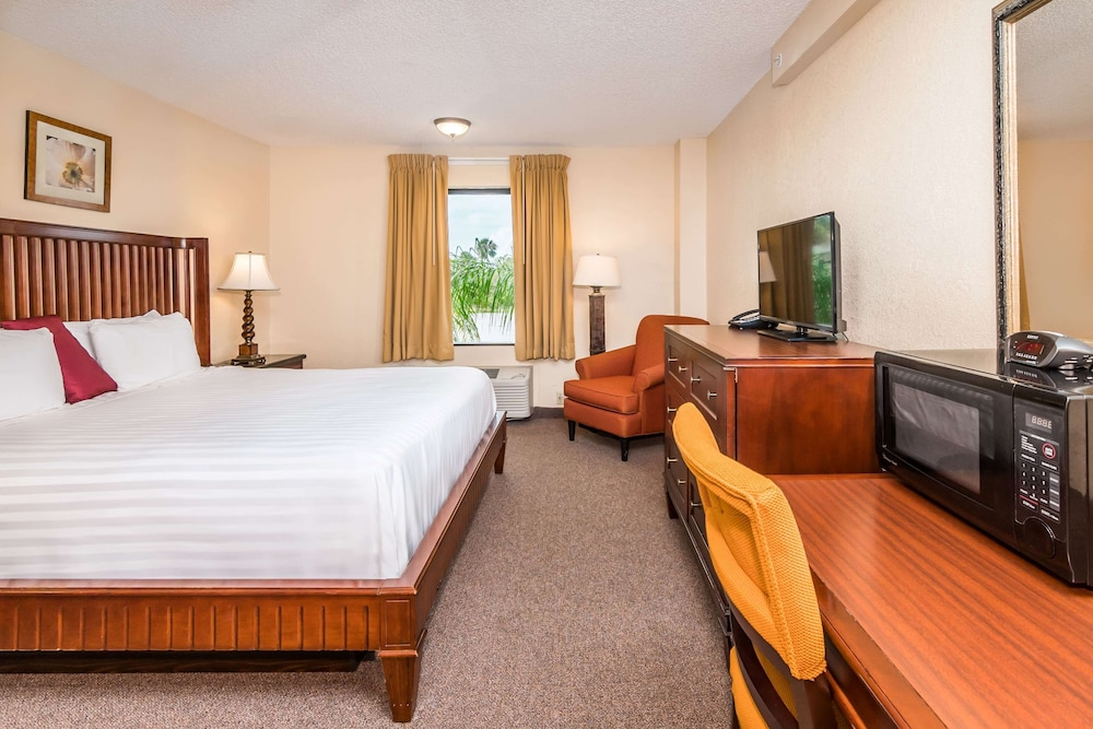 Room, Days Inn Lake Okeechobee