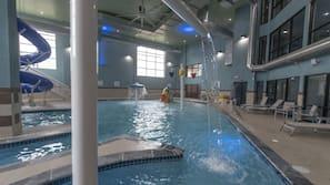 Una piscina cubierta (de 9:00 a 21:00), sombrillas