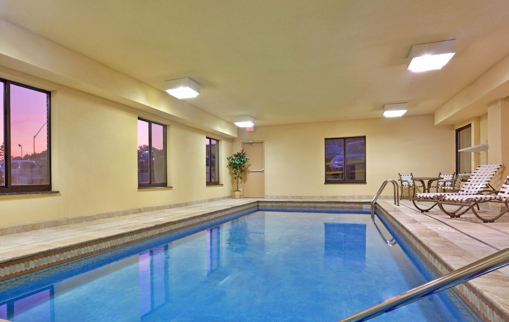 Pool, Holiday Inn Express Hotel & Suites in North East (Erie)