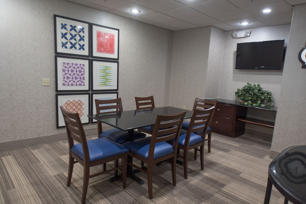 Restaurant, Holiday Inn Express Hotel & Suites in North East (Erie)