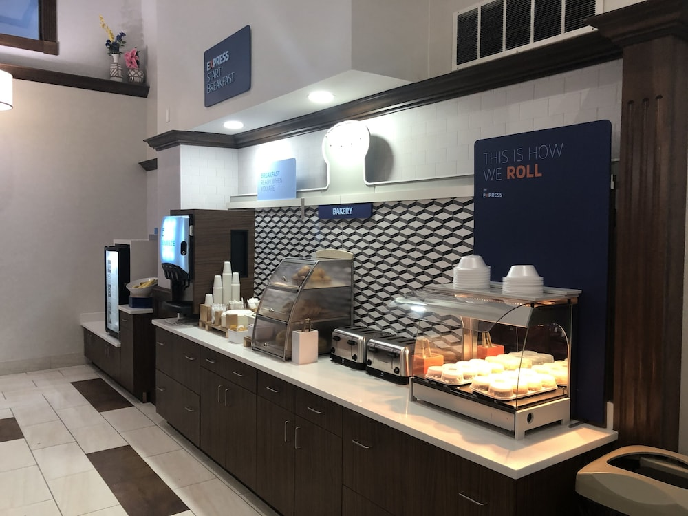 Breakfast buffet, Holiday Inn Express Hotel & Suites in North East (Erie)