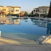 3 Bed Ground Floor Apartment, Secluded Decked Garden, 10 Mins Walk From Resort,