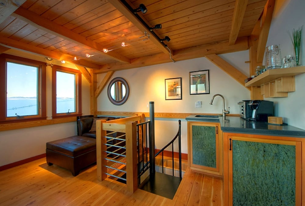 Private Kitchen, Cozy Timber Frame Cabin with Private Hot Tub and Amazing Views!