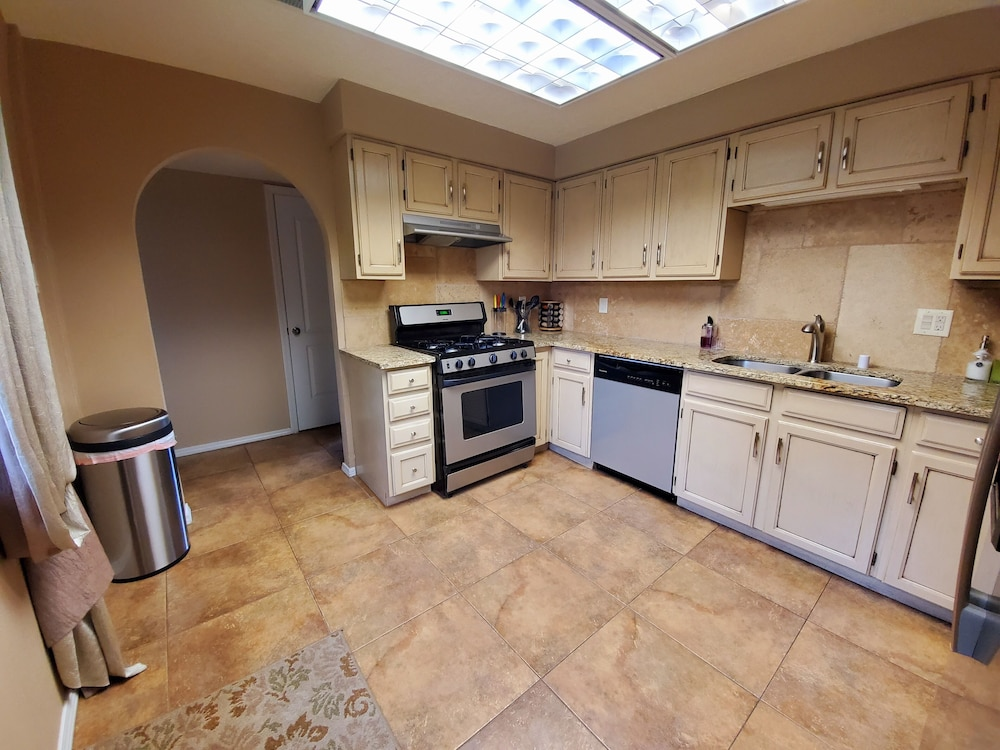 Private Kitchen, North Valley Estate Guest House - 1800 Sq.ft.